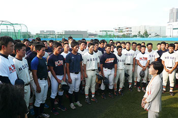 President Tanaka expressing her hearty best wishes to the baseball team before the opening game of the Tokyo Big Six Baseball League