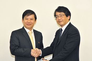 Le Minh Tri, Vice Chairman of CCIA (left), and Katsuya Hirose, Executive Member of the Board of Trustees