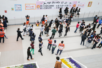 Clubs recruiting freshmen returning from the entrance ceremony to Ichigaya Campus