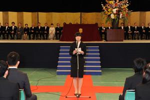 午前の部で歓迎の辞を述べる西村沙恵さん(法学部4年) 午前の部で歓迎の辞を述べる西村沙恵さん(法