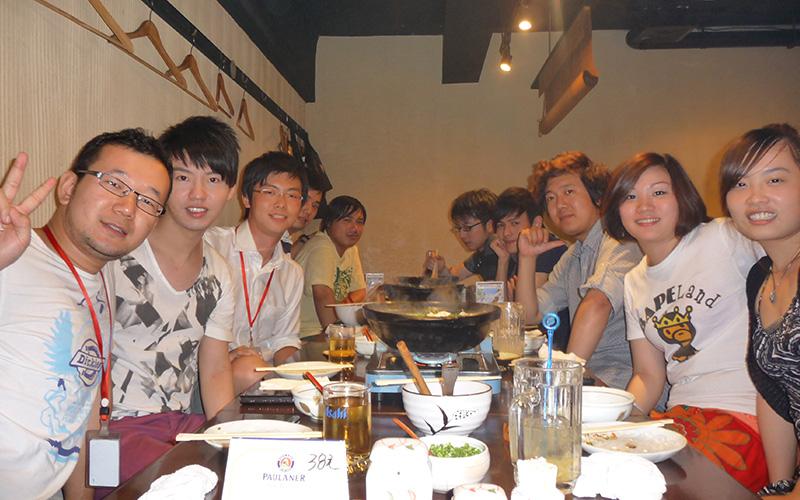 上海に設立した子会社の社長時代、メンバーとの夕食会(左から3人目が棚橋さん)。