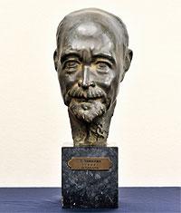谷川の頭像(彫刻家・高田博厚〈1900~ 87〉作)詩人・片山敏彦の紹介で谷川は高田と親交を続けた。大内兵衛と宮沢賢治の肖像彫刻は谷川の勧めによるもの(法政大学史センター所蔵)