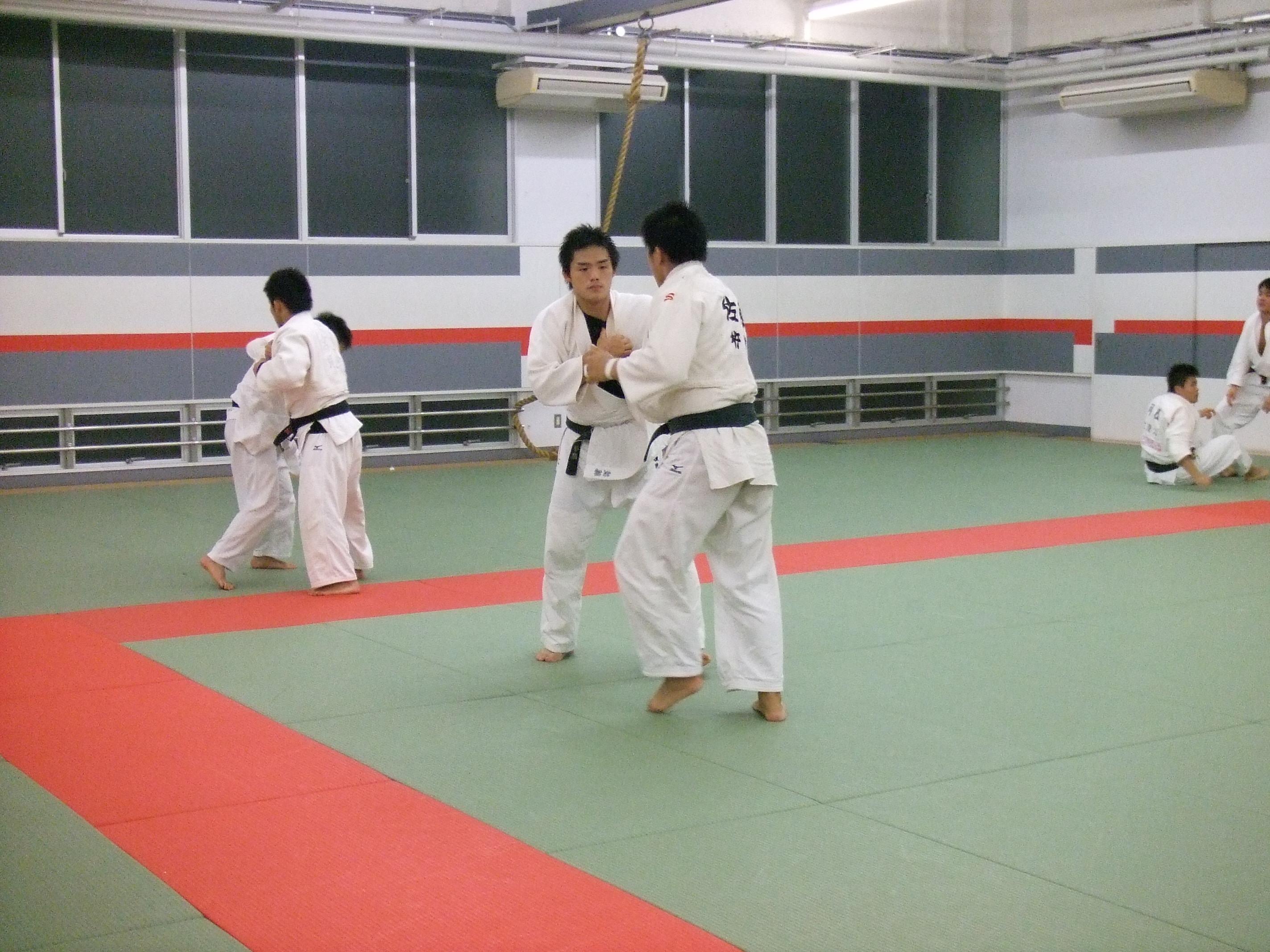 創立1919年 【東京学生柔道連盟 1部所属】 長い歴史と伝統を有している柔道部は、長期休部を経て、新生柔道部として活動を再開。目標であった東京都1部リーグに昇格し、今後も更なる実力向上に向けて、部員一同日々の練習に励んでいる。 過去には、学生柔道界の雄として、さまざまな実績を残しており、沢山の卒業生が全国津々浦々で活躍している。