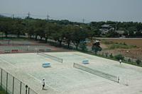"""位于茨城县石冈市的综合体育设施。总面积15万2,190平方米,拥有网球场地9个、棒球场、足球场、橄榄球场、体育馆、道场等体育设施。兼备舒适设施和宽敞空间的住宿设施""""体育之家96,98"""",可容纳200人住宿,除运动会各部的强化研修集训以外,各种联谊会的体育活动、班级和研讨会的体育活动等也可以利用。"""