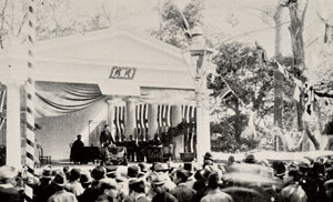 上野精養軒での記念式典で挨拶する梅総理。式典後の園遊会では住吉踊などの余興も披露された。なお、創立30周年時は東京法学社創立を現在の公式年より1年早い1879(明治12)年として計算している