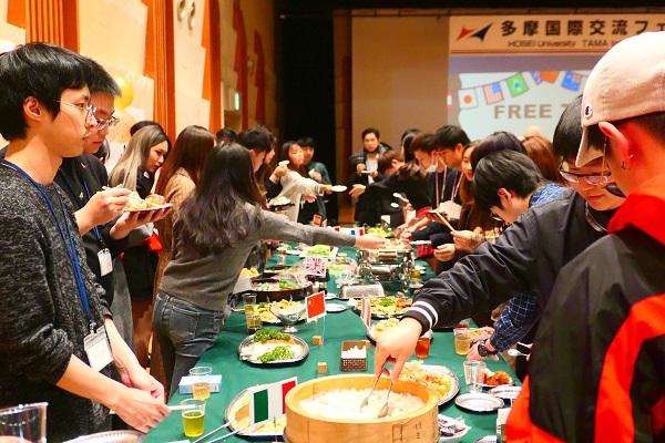 各国の料理を食べながら交流しました