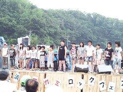 津波の被害を受けた相川小学校の児童たち。校歌を披露してくれた。