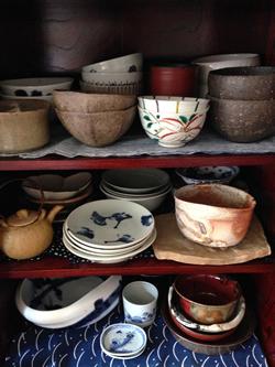 日本の焼き物の美しさは格別。美術品だけでなく、日常使いのものにも温かさを感じます。 ちなみに愛用のマグカップには金繕いが