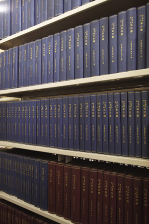 1冊1家族の「家計簿」原本。下の茶色の表紙は、同時に行われた「東京市内及附近の小学校教員家計調査」の家計簿原本。