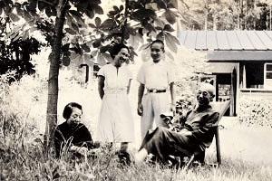 1947(昭和22)年、北軽井沢「法政大学村」の別荘でくつろぐ野上豊一郎(右端)・弥生子(左端)夫妻。間に立つのは谷川徹三夫人多喜子と長男の俊太郎。本学の同僚でともに総長を務めた野上豊一郎と谷川徹三は家族ぐるみの親交があった