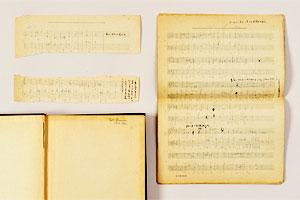 妻・多喜子は同志社女学校(現・同志社女子大学)で学び、卒業後は音楽学校でピアノのレッスンを続けた。谷川は京都帝大時代に音楽会で多喜子と出会った。写真は、見返しに「TakiOsada(旧姓)」とある洋書『A manual of harmony』と、挿入されていた楽譜。多喜子の自筆と思われる書き込みが見られる(法政大学図書館所蔵)
