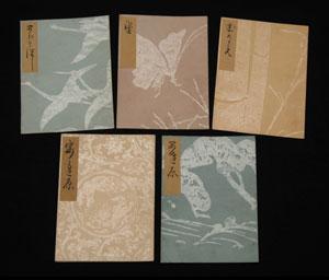 光悦謡本の表紙。豊かな色彩の地に摺られたつや消しの銀のような雲母模様は、鶴や蝶、竹、松林に波など日本の文様が多いが、唐草など外来の文様を摺ったものも見られる。