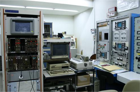 バンデグラフ加速器制御盤と計測装置