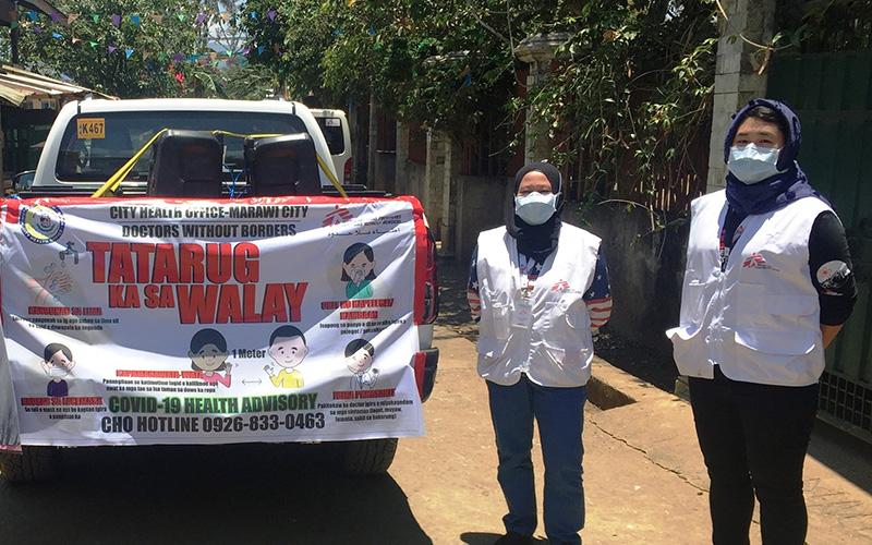 フィリピンのミンダナオ島マラウィでは、街宣車で感染症に関する啓蒙活動を行った(右端が末藤さん)。© Gilbert G. Berdon/MSF