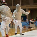 創立1935年 【関東学生フェンシング連盟 男子1部リーグ、女子1部リーグ所属】  我がフェンシング部は2005年に創部70周年を迎えたが、その歴史は日本のフェンシングの歴史と言っても過言ではない。フランスから日本にフェンシングを伝えた岩倉具清(岩倉具視の孫)にいち早く師事し、日本フェンシングの発展に大きく寄与した渋谷忠三は、法政大学フェンシング部の創始者でもある。  大戦の影響で公に競技が出来ない時代もあったが、戦後に復活した日本のフェンシング界において法政大学は常勝軍団となった。全日本選手権でも輝かし