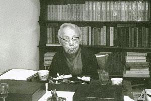 1978(昭和53)年5月20日、当時の法政大学百年史編纂委員らが野上邸に弥生子を訪ね、座談を行った際の写真。座談内容は「野上弥生子さんを囲んで」と題して法政大学校友会報復刊第254~ 257、261号に収載。弥生子は平塚雷鳥らの『青鞜』創刊にも参加、「海神丸」で注目され、「真知子」「迷路」「秀吉と利休」など多くの作品を執筆しました
