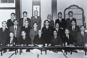 本学総長を務めた谷川徹三を中心に撮影された教職員の集い。前列の右から2人目が岩倉具栄氏(写真提供/岩倉具忠氏)