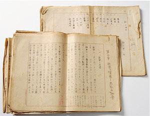 遺品には自筆の原稿が多数含まれている。原稿には推敲の跡が随所に見られる。下側の原稿には野上豊一郎の名前が読み取れる