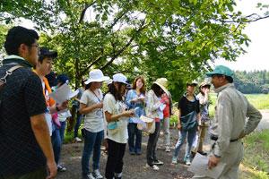 4. 基于實地研究(field study)的日本及海外現場體驗  實地研究(field study)是走出校園,深入實際現場的體驗式學習。課程多種多樣,日本國內有城市建設(地區振興)、農業、地區福祉、文化、環境經營、能源、公害對策、自然保護等,海外有國際協力、國際社會、溝通交流等課程。在實地研究中,學生可以充分調動五官去接觸實際活動,並透過與致力於解決課題的人們之間之交流以及各類體驗,提高有關人類社會與環境的問題意識,從而更深入地運用到人格形成與大學之學習中。