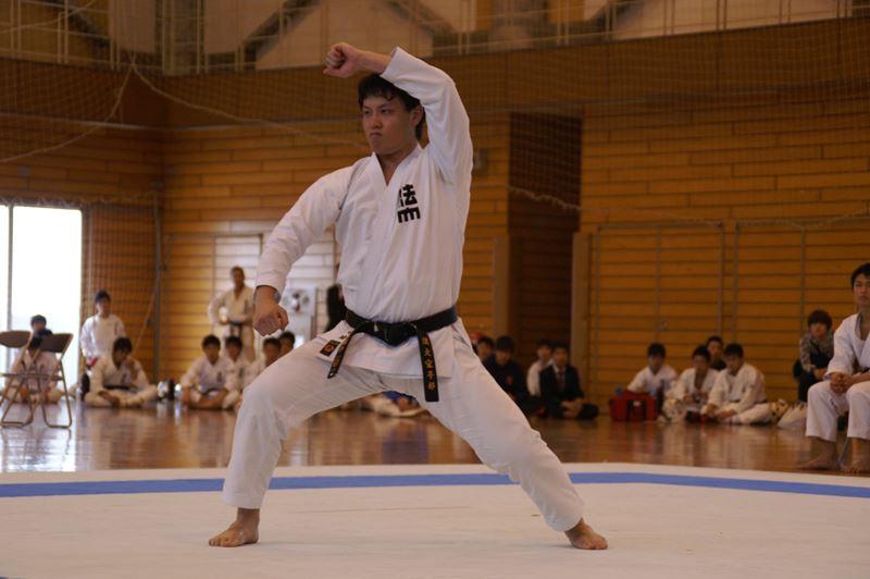 創立1934年 【関東学生空手道連盟所属】 空手部は、空手界名門の一つでリーダー的存在である。武道からスポーツ化へと移行し全世界に普及する中、米国や英国を初め海外で指導者として活躍する卒業生達が多数いる。 また、試合形式が始まって50年を経るが、その間、全日本学生、東日本学生、関東学生において個人、団体戦でそれぞれ数多くの優勝者を輩出している。  なお、空手部の情報は「法政大学空手部HP」(http://hoseikarateclub.web.fc2.com)でもご覧になれます。(リンクはしておりませんの