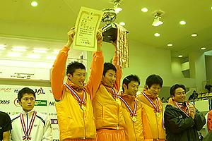 仲間と勝ち取った全日本選手権の団体戦優勝は、今も「人生最高の瞬間」(左が見延さん)。